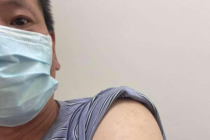 立委林為洲露出手臂,宣稱自己「手臂留給國產疫苗」。(取自林為洲臉書)