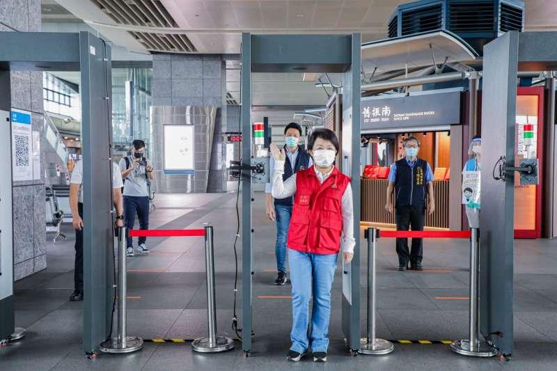 台中市長盧秀燕12日上午,前往烏日高鐵站巡視,發現搭乘高鐵人潮變少。(圖/台中市政府)