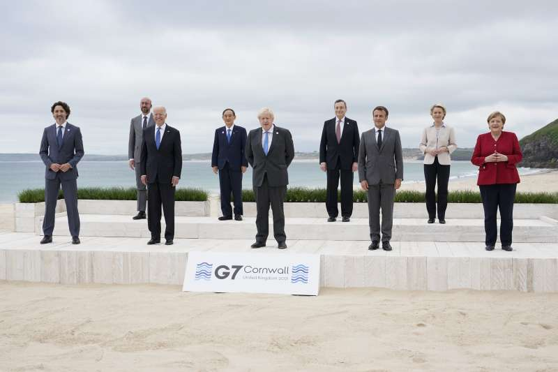 G7各國領袖於海邊集體拍照,已經拿下口罩,但仍保持社交距離。(AP)