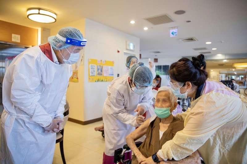 中央疫情中心發下50萬AZ疫苗後,各地都開始為長輩施打疫苗。(圖/新北市新聞局提供)