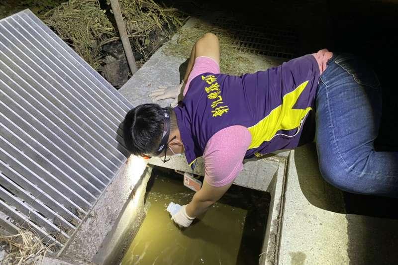 彰化縣環保局暗夜出擊,查獲6家畜牧業蓄意繞流排放未經處理的畜牧廢水,嚴重污染周遭水體環境。(圖/彰化縣政府提供)