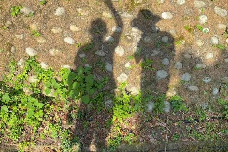 氣象局長鄭明典13日在臉書貼出和女兒去登山的照片,引起網友質疑。(取自鄭明典臉書)