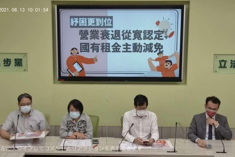 民進黨團幹事長劉世芳(左二)解釋,疫苗分配完全站在如何消減疫情的角度,如果單純只從數目來看,會有誤解。(取自民進黨黨團臉書)