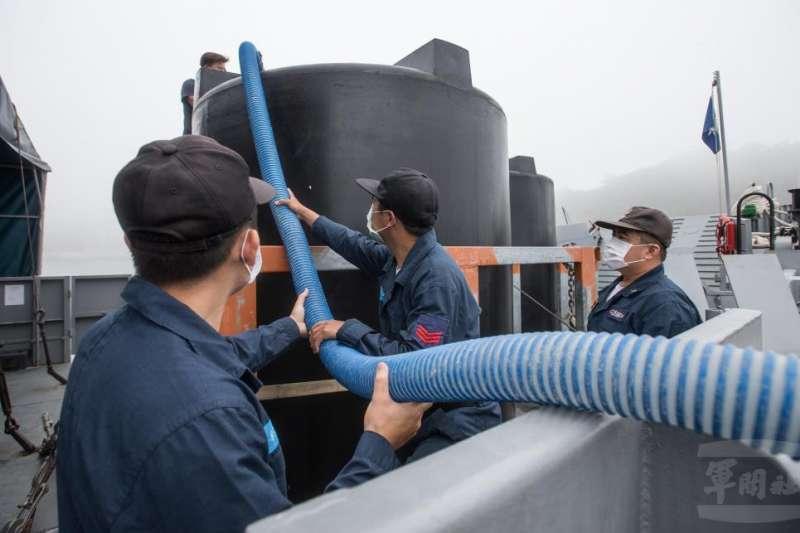 軍方指出,馬祖東莒島是連江縣目前唯一沒有海水淡化廠的島嶼,因此自今年水情開始呈現緊繃之際,縣府即與陸軍馬防部和海軍馬基部協調,提出運水需求。(取自軍聞社)