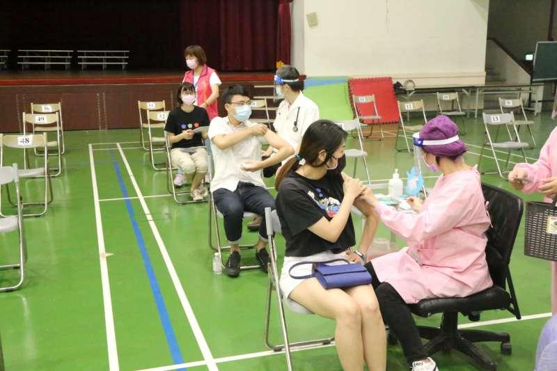 日本的「宇美町式接種法」是被注射者坐在座位上不動,由醫護及工作人員移動,可達到迅速接種的一種方式。(圖/台中市政府提供)