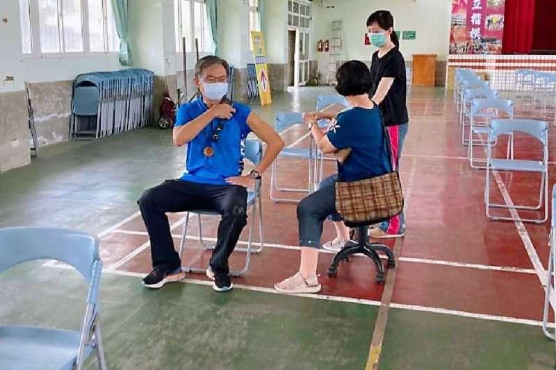 高市疫苗接種採用日本的「宇美町式」接種法,現場先請長者排列坐著,由醫護人員移動式的打完一位再滑至下一位施打,人龍接種完迅速換打下一條人龍,大幅提升接種效率。(圖/高市民政局提供)