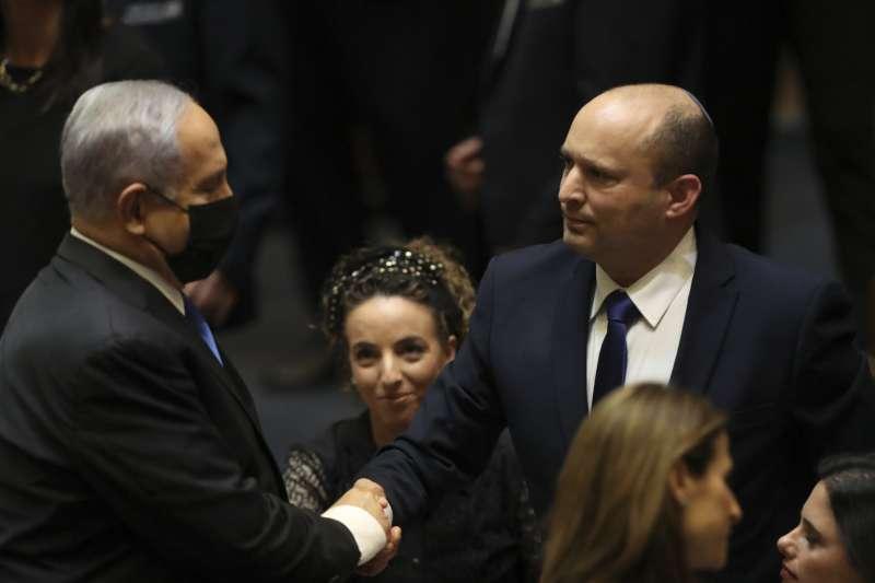 2021年6月13日,納坦雅胡與以色列新總理班奈特(右)(AP)