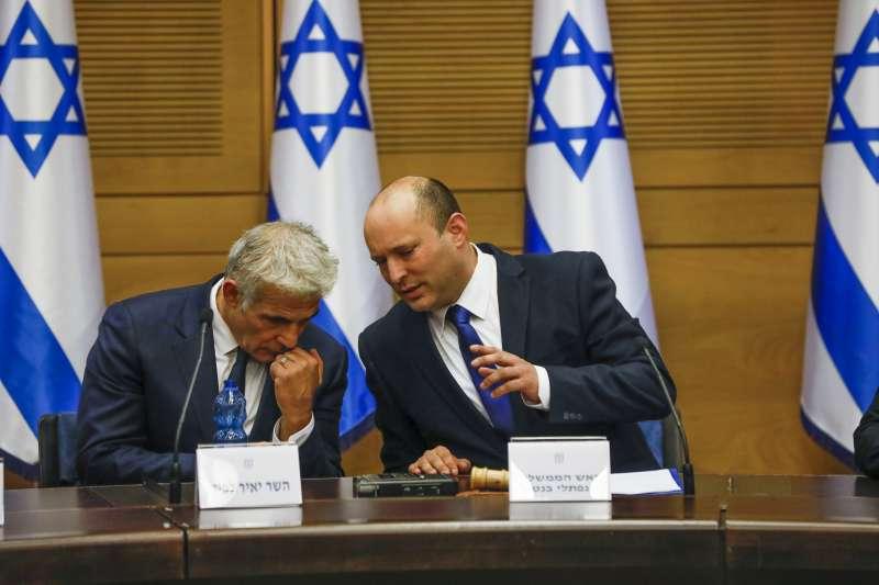 2021年6月13日,班奈特(右)與聯合政府盟友拉皮德(左)會輪流出任以色列總理(AP)