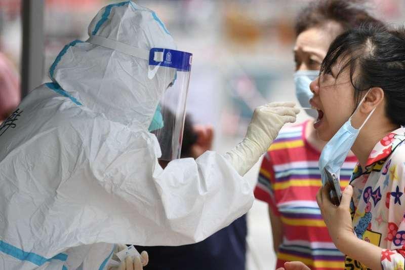 幾乎和台灣同時間爆發疫情的廣州可望六月下旬清零,台灣則仍需三級警戒到月底。(新華社)