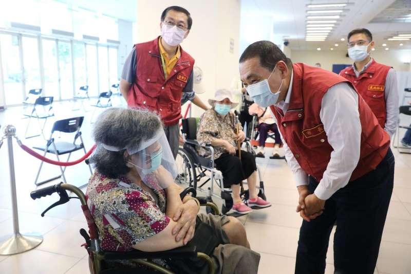 侯友宜強調,會盡快預告接種的時間、地點,讓85歲以上不在籍的長者可以提早做準備。(圖/新北市新聞局提供)