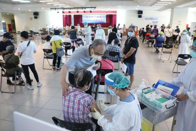 新北市立聯合醫院參考採用日本福岡縣「宇美町方式」施打,一小時可完成120人接種,也減少長者移動風險。(圖/新北市新聞局提供)