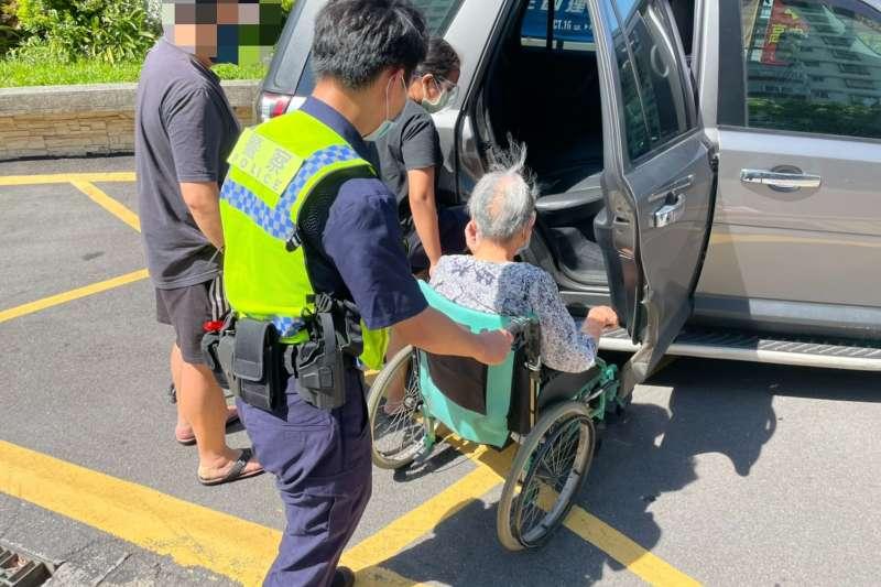 林口警分局維安員警除了維持秩序、交通疏導,主動協助行動不便長者。(圖/新北市林口警分局提供)