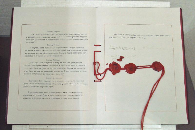 1941年4月13日簽署的《日蘇中立條約》,象徵蔣中正與史達林的關係「回不去了」。(日本外務省檔案照片)