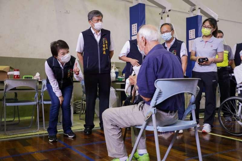 台中市疫苗快打站接種首日,台中市長盧秀燕前往15日在黎明國中站逐關了解施打流程。(圖/台中市政府)