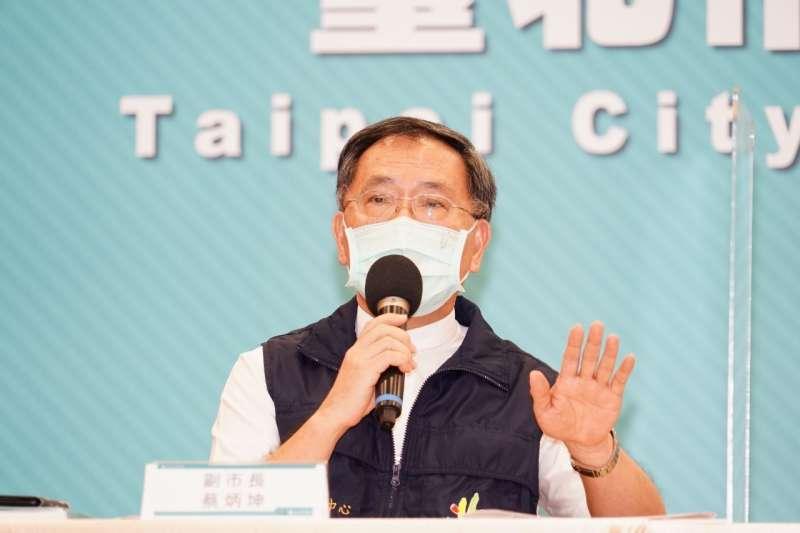 蔡炳坤表示將針對在家臥床無法外出、使用長照2.0服務失能等級7、8級的75歲以上長者共約5420人,採到宅接種模式。(台北市政府提供)