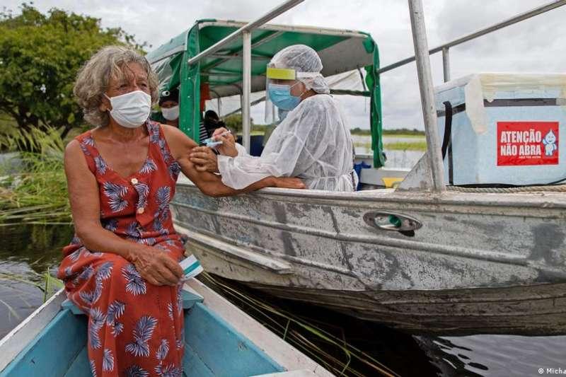 巴西婦女接種AZ疫苗。(德國之聲)