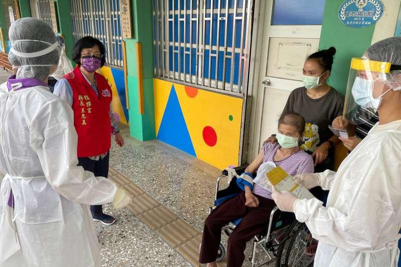 縣長王惠美前往視察縣內長輩施打疫苗情形。(圖/彰化縣政府提供)