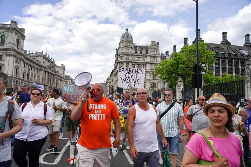 英國民眾在倫敦的國會大廈外抗議,反對強森延長封城措施。(美聯社)