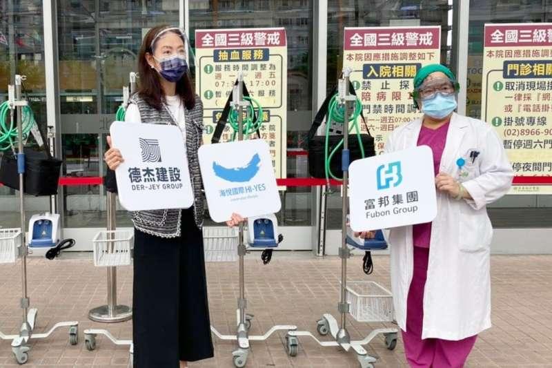 藝人賈永婕募捐高流量氧氣鼻導管(HFNC),並親自配送至亞東醫院,讓亞東內科加護病房主任張厚台(右)相當感謝。(資料照,取自賈永婕的跑跳人生)