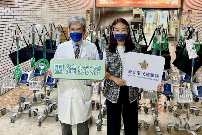 藝人賈永婕(右)募捐342台HFNC,陸續分送給各醫院,引發網友熱議。(資料照,取自賈永婕的跑跳人生)