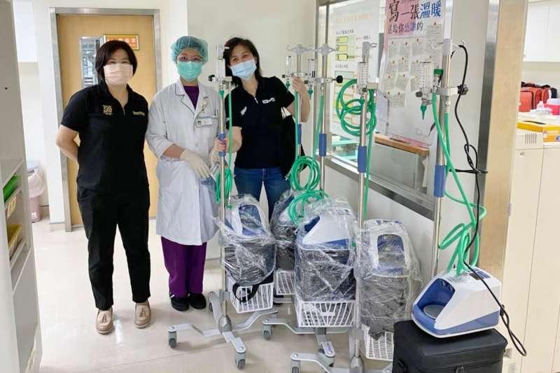 藝人賈永婕募捐342台高流量氧氣鼻導管(HFNC),陸續分送給各醫院。指揮中心却提醒重大勸募要提前報准,否則違法。(取自賈永婕的跑跳人生)