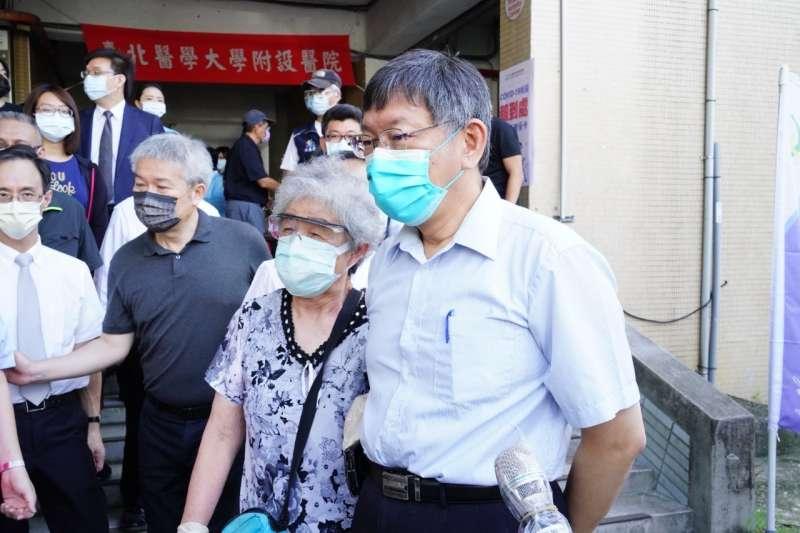 台北市開放長者接種AZ疫苗,台北市長柯文哲15日赴信義國中及鄰近施打站視察。(北市府提供)