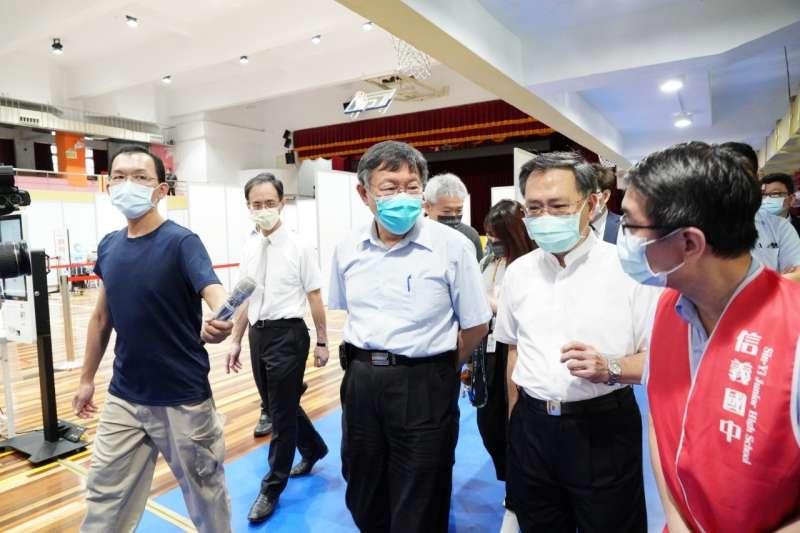 柯文哲(右三)15日赴信義國中及鄰近施打站視察,這次中央提供台北市的疫苗劑量,僅夠讓85歲以上長者施打。(北市府提供)