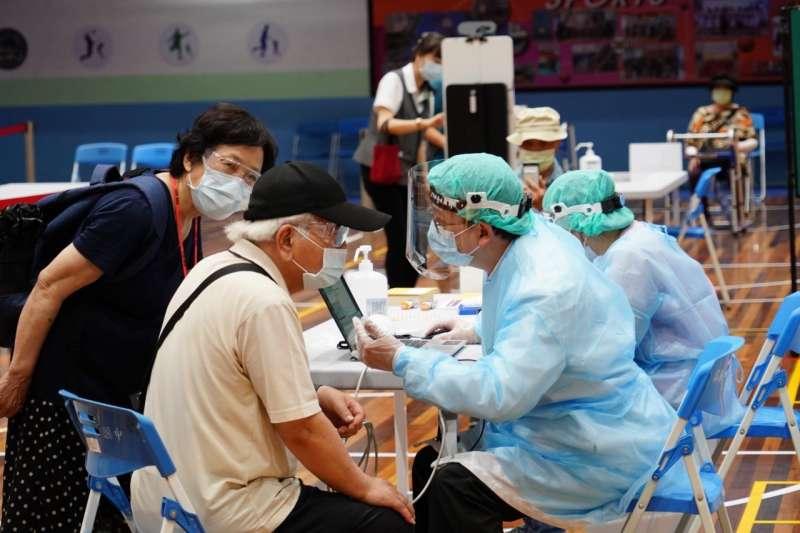 台北市第二波接種疫苗的網路預約在今(17)天早上8點啟動後,已有131家院所呈現預約額滿狀態。(圖/北市府提供)