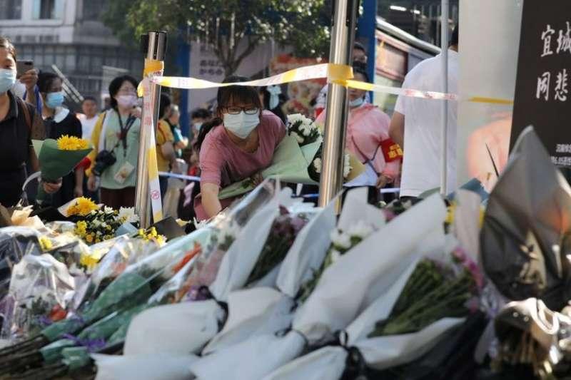 民眾在安徽案發地點獻花。(BBC中文網)