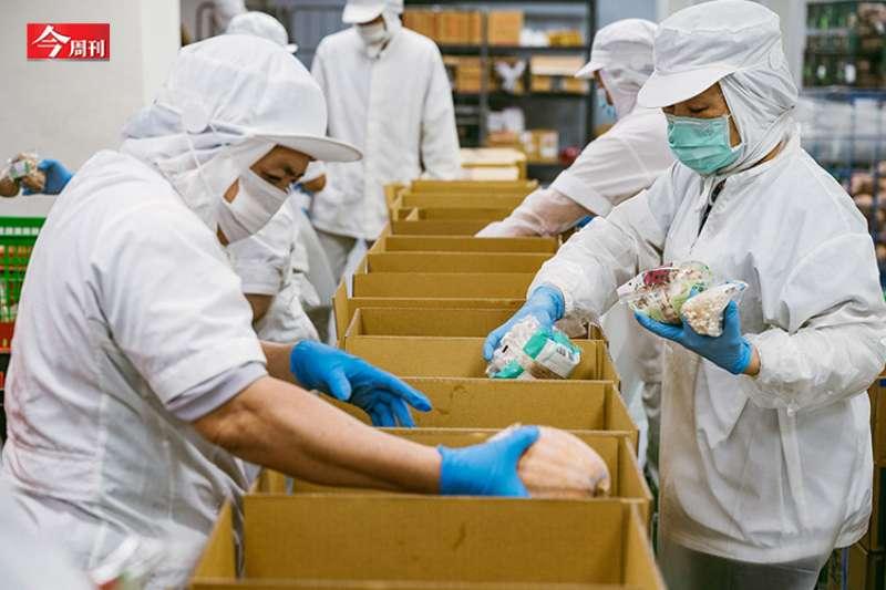 台灣疫情大爆發,玉美將主力轉向蔬菜箱販售,從一開始因外送費太高而不被接受,到現在卻已成趨勢,在當今會是一個新商機。(圖/黃毛攝)