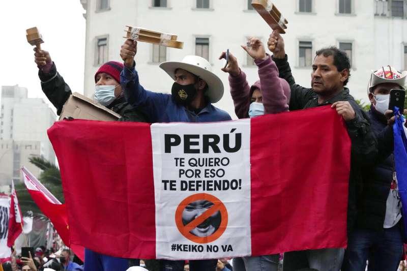 卡斯提略(Pedro Castillo)的支持者在首都利馬造勢。(美聯社)