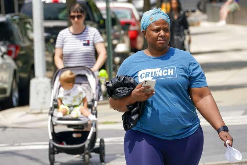 隨著紐約州解封,街上的民眾也不再需要配戴口罩。(美聯社)