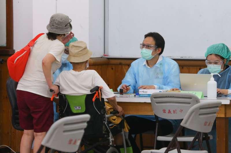 20210616-信義國中接種站16日下午持續進行85歲以上年長者新冠肺炎疫苗施打,並於一樓為行動不便長者採「宇美町式」接種。(顏麟宇攝)