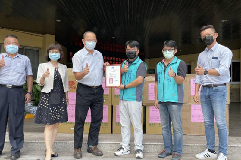 高雄市環保局企業工會理事長黃豐翔特別代表全體清潔隊員致贈感謝狀,感謝台灣中油公司對第一線清潔隊員的重視。(圖/中油公司提供)