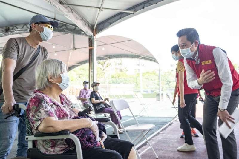 新竹市長林智堅16日視察長輩接種疫苗情形。(新竹市政府提供)