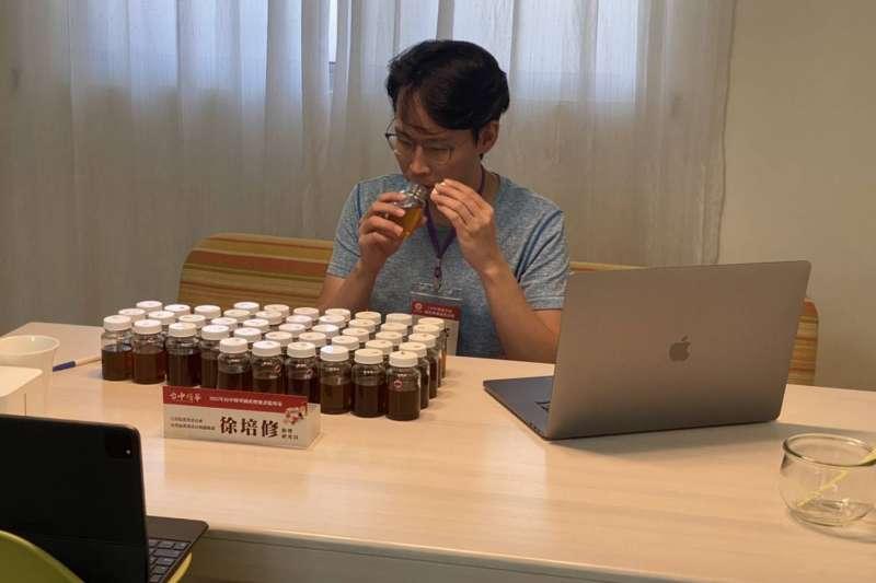 「110年度台中市國產龍眼蜂蜜品質評鑑」,透過儀器及專業評審感官品評進行嚴謹的初、複審。(圖/台中市政府提供)