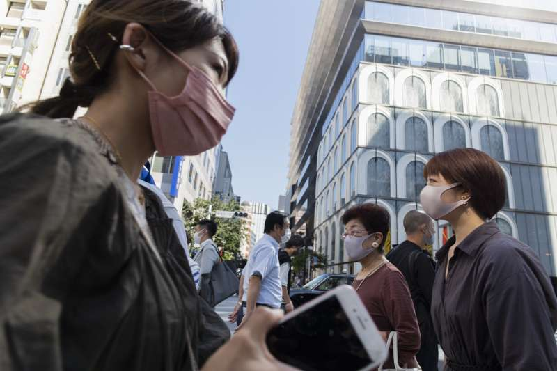 亞洲疫情:日本東京銀座街頭,行人戴著口罩。(AP)