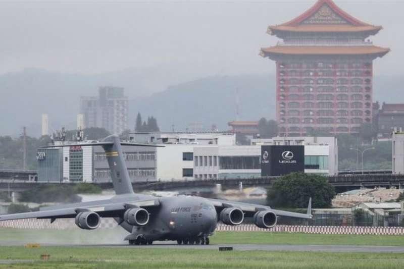 6月6日三名美國參議員乘坐美國空軍C-17運輸機降落台北進行短暫訪問。美國軍機在台灣降落被普遍認為是對中國大陸的底線試探。(BBC中文網)