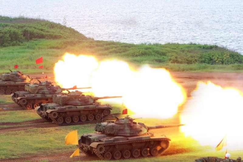 多輛M60A3部署在岸際陣地,並以105公厘戰車砲對海轟擊。(取自軍聞社)