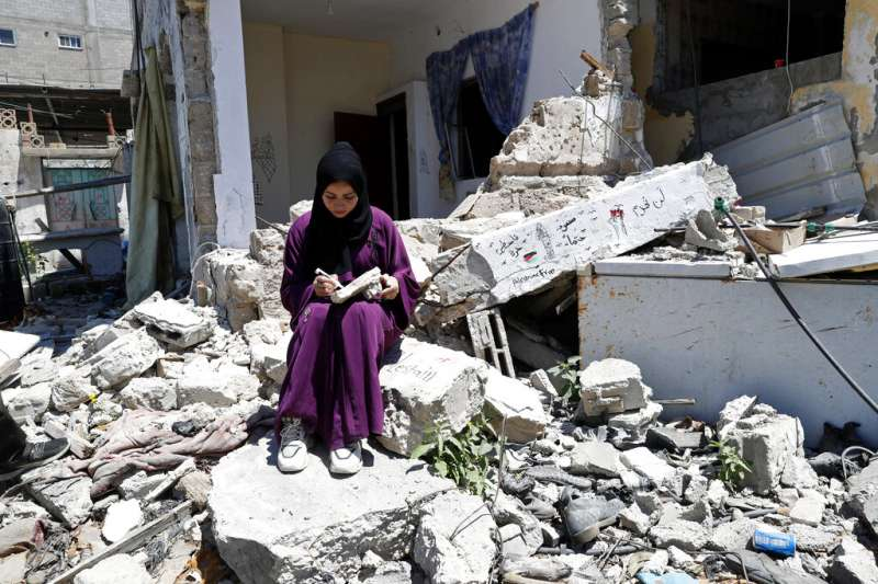 巴勒斯坦的藝術家莎雅・穆沙(Saja Moussa)在加薩走廊的住處被炸的粉碎。(美聯社)