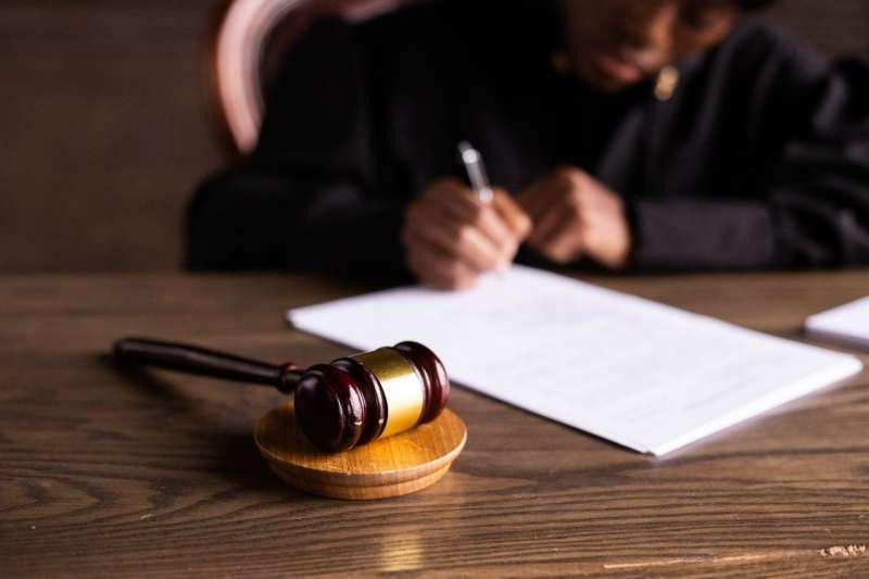 司法改革應落實法官年度評鑑以約束或督促,避免不公開評鑑形成黑箱作業,徒淪形式。(圖/pexels)