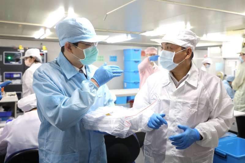 新北市長侯友宜希望藉由新北市生技產業完整專精的研發能量,推廣居家快篩,在疫苗不足的空窗期,找出隱藏的病毒。(圖/新北市新聞局提供)
