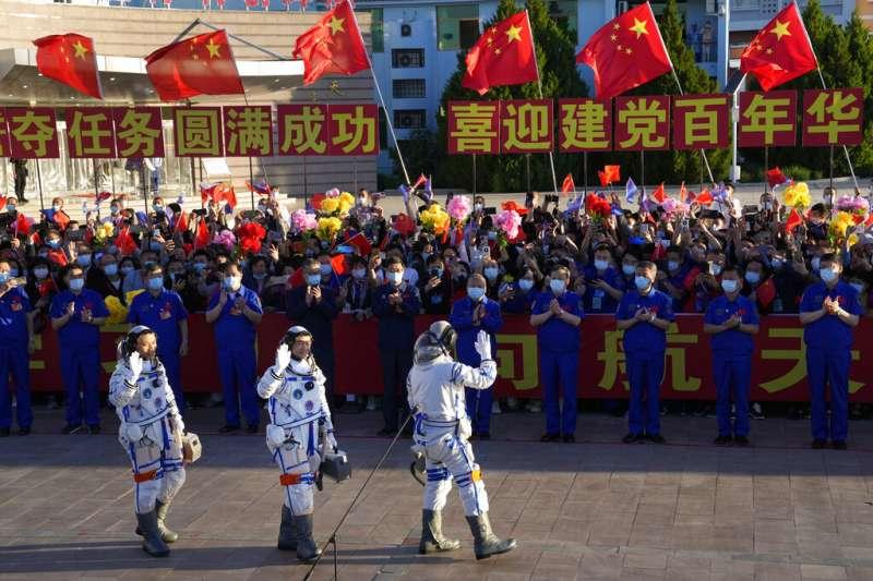 三位太空人湯洪波(左)、聶海勝(中)和劉伯明(右)在準備執行任務前向眾人揮手致意(美聯社)