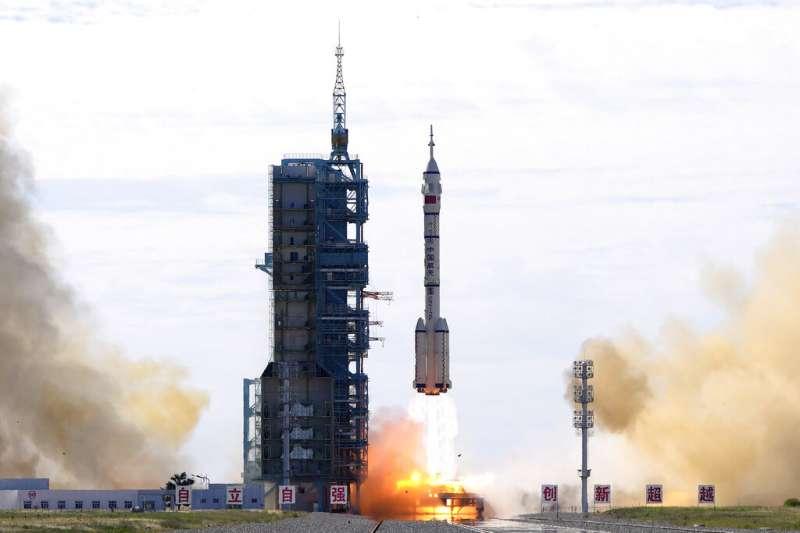在中國酒泉衛星發射中心,中國長征二號F運載火箭搭載神舟十二號載人飛船即將升空。(美聯社)