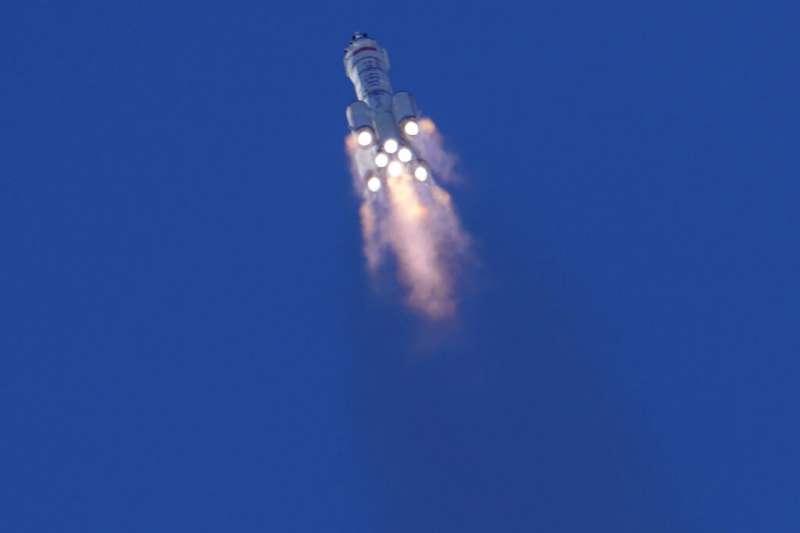在中國酒泉衛星發射中心,中國長征二號F運載火箭搭載神舟十二號載人飛船成功發射。(美聯社)