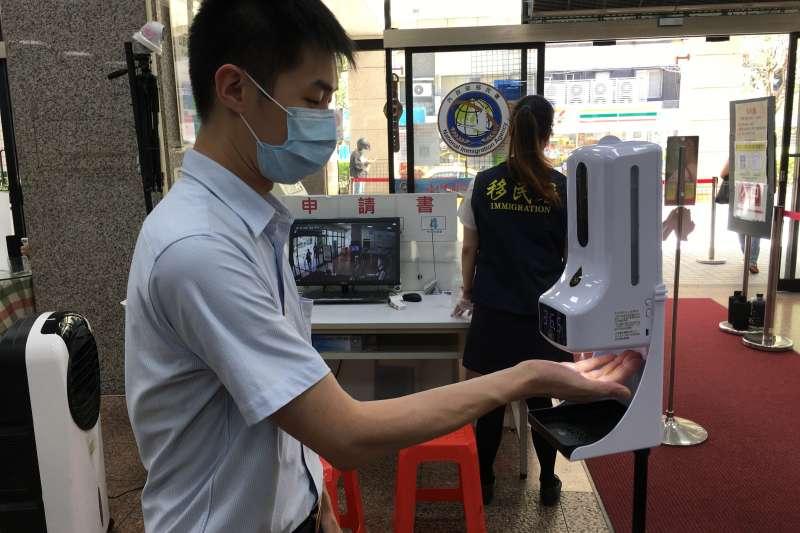 松柏仁波捐贈移民署全自動紅外線測溫消毒一體機共150台,除了立即顯示測量者體溫外,更能同時使用自動感應免清洗消毒酒精皂液器。(圖/內政部移民署提供)