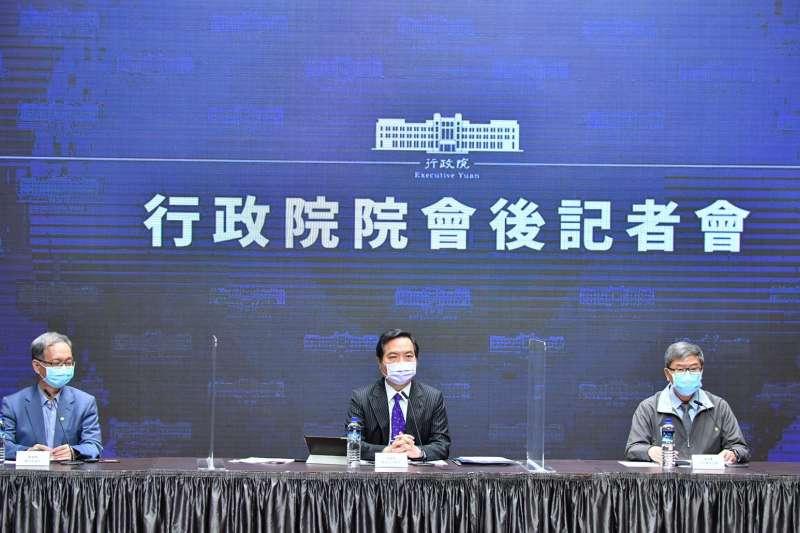 20210617-衛福部次長薛瑞元(左)、政務委員兼發言人羅秉成(中)出席行政院院會後記者會。(行政院提供)