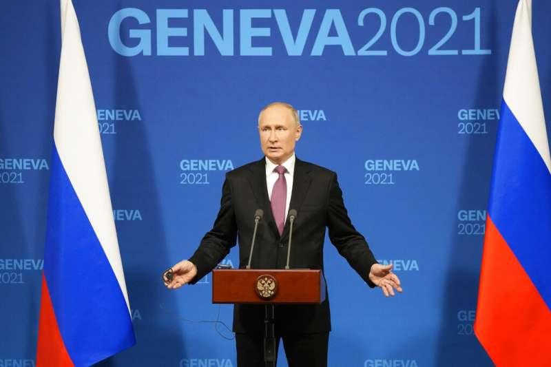 美國總統拜登、俄羅斯總統普京ˊ6月16日首次面對面會晤。會後,普京獨自召開記者會。(AP)