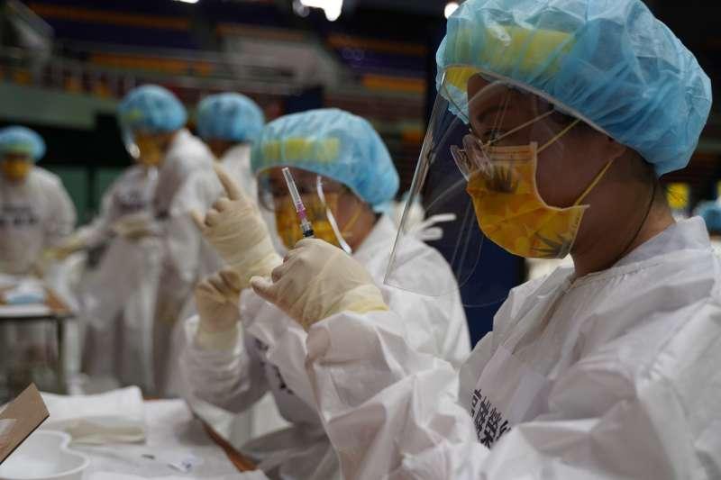 在疫苗施打上,屏東縣政府除提前規畫場地、人力外,施打對象名單意願調查列冊到每瓶劑量可打多少人,都仔細盤算,以「一滴都不能浪費」為最高原則。(屏東縣政府提供)
