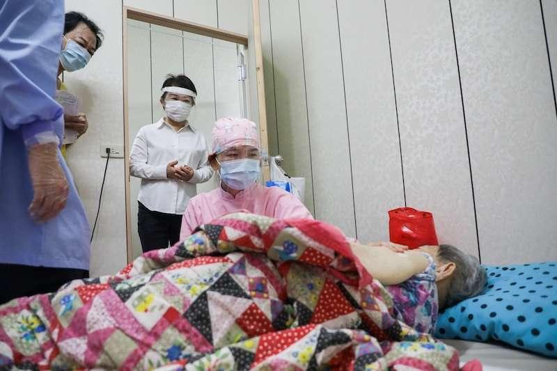 台中市啟動「到宅接種」服務,市長盧秀燕往西屯區一處失能8級、行動不便的90歲黃張阿嬤家裡,關心疫苗接種狀況。(圖/台中市政府提供)